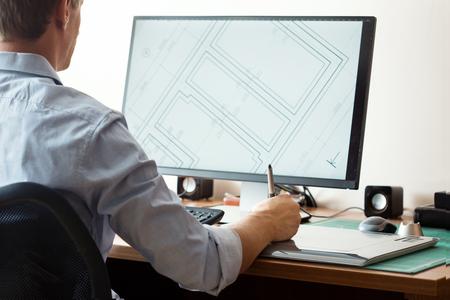 artistas: Diseñador gráfico que usa la tableta digital y el ordenador en la oficina o en el hogar