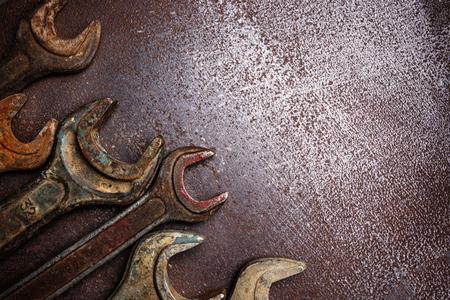 oxidado: Viejas llaves oxidadas en una mesa de metal