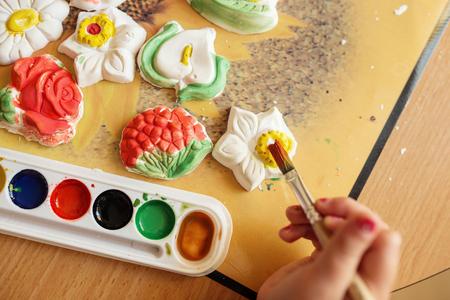 ceramica: Niño pintando un modelo de cerámica de cerámica Foto de archivo