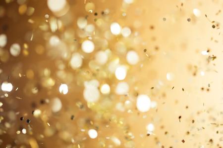 クリスマスのゴールドの背景。ゴールデン休暇白熱抽象キラキラ デフォーカス背景 写真素材