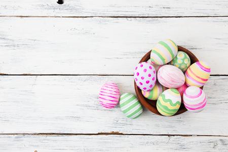 pascuas navide�as: Huevos de Pascua pintados en colores pastel sobre fondo blanco de madera. concepto de Pascua Foto de archivo