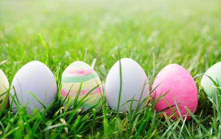 Huevos de Pascua en la hierba verde, el concepto de Pascua