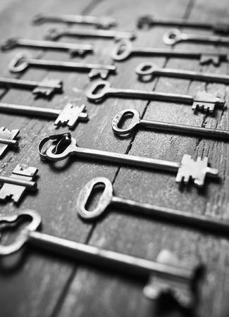 cobre: Algunas claves de la puerta alineados en el fondo vieja superficie de madera, la seguridad y el concepto de seguridad.