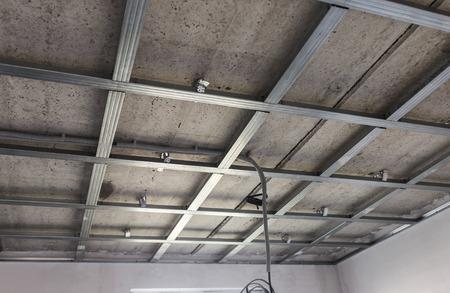 estructura de techo suspendido, antes de la instalación de placas de yeso laminado.