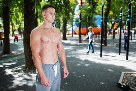 cuerpo hombre: Retrato al aire libre del hombre activo guapo sano con cuerpo muscular apto, deportes y concepto de la aptitud.
