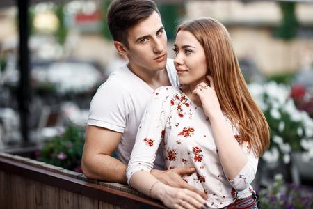 Retrato de joven pareja moderna en el amor, posando al aire libre en la calle de la ciudad
