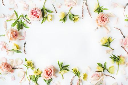 핑크 장미, 가지, 잎과 흰색 배경에 고립 된 꽃잎 프레임. 평면 평신도, 오버 헤드보기