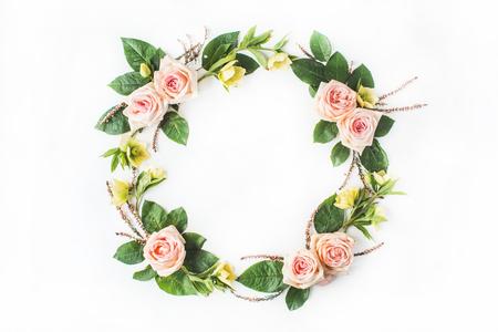 핑크 장미, 노란 꽃, 나뭇 가지, 나뭇잎과 흰색 배경에 고립 된 꽃잎 라운드 프레임 안주. 평면 평신도, 오버 헤드보기