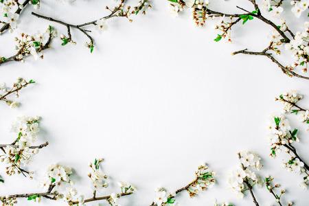 白い花と白い背景で隔離の枝の花輪フレーム。フラット横たわっていた、オーバー ヘッド ビュー、トップ ビュー