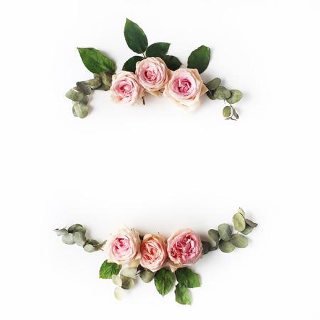 Roze rozen op witte achtergrond. Vlak liggen. Framekrans