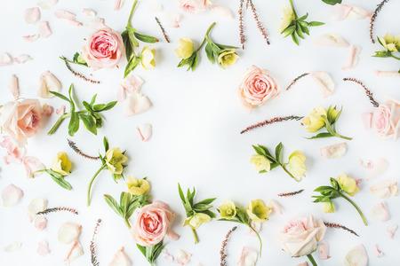 핑크 장미, 가지, 잎과 흰색 배경에 고립 된 꽃잎 프레임. 평면 평신도, 오버 헤드보기 스톡 콘텐츠 - 57940265