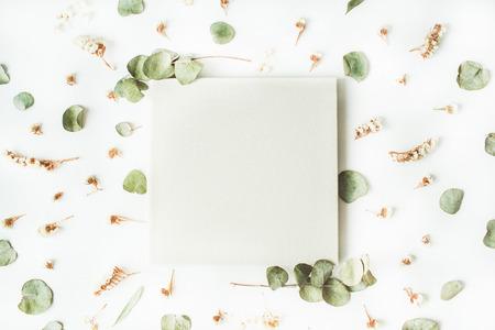 , 결혼식이나 가족 사진 앨범 흰색 건조하고 신선한 분기 흰색 배경에 고립입니다. 평면 평신도, 오버 헤드보기