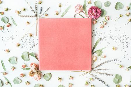 분홍색 결혼식이나 가족 사진 앨범, 장미, 라벤더, 나뭇 가지, 나뭇잎과 꽃잎은 흰색 배경에 고립입니다. 평면 평신도, 오버 헤드보기