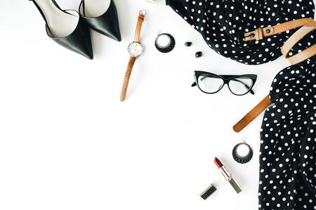 Piane vestiti feminini laici e accessori collage con abito nero, occhiali, scarpe tacco alto, borsa, orologio, mascara, rossetto, orecchini su sfondo bianco. Archivio Fotografico - 60889922