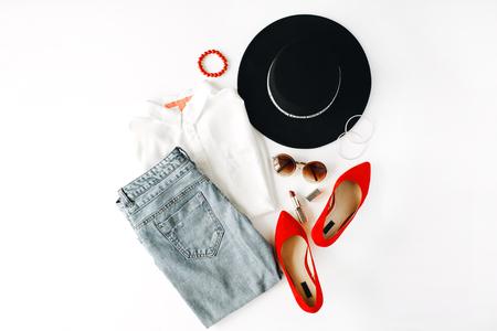 플랫 누워 feminini 옷 및 액세서리 블라우스, 청바지, 선글라스, 팔찌, 립스틱, 빨간 하이 힐 신발, 귀걸이 및 흰색 배경에 모자와 콜라주.