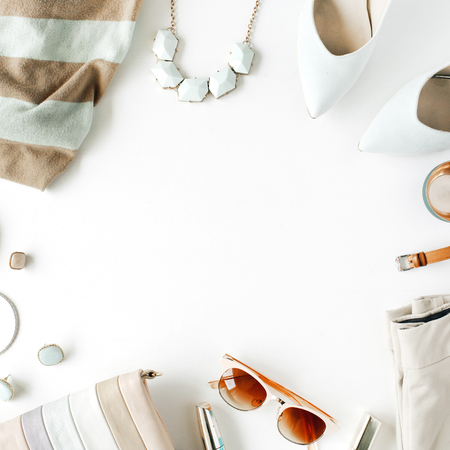 Planas ropa y accesorios femeninos laicos de collage con chaqueta de punto, pantalones, gafas de sol, reloj, pulsera, lápiz labial, menta zapatos con tacones altos, pendientes y monedero sobre fondo blanco. Foto de archivo - 60849297