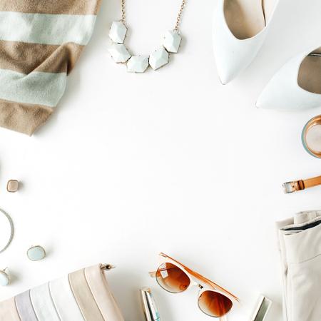 plat vrouwelijke kleding en accessoires collage met vest, broek, zonnebril, horloge, armband, lippenstift, mint hoge hakken, oorbellen en portemonnee op een witte achtergrond. Stockfoto