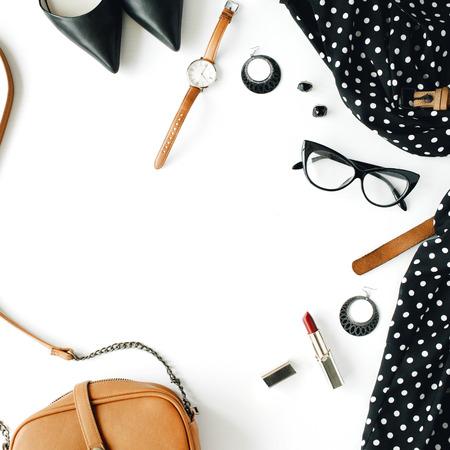 평면 평신도 여성 의류 및 액세서리는 검은 드레스, 안경, 높은 뒤꿈치 신발, 지갑, 시계, 마스카라, 립스틱, 흰색 배경에 귀걸이와 콜라주.