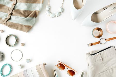 planas ropa y accesorios femeninos laicos de collage con chaqueta de punto, pantalones, gafas de sol, reloj, pulsera, lápiz labial, menta zapatos con tacones altos, pendientes y monedero sobre fondo blanco.