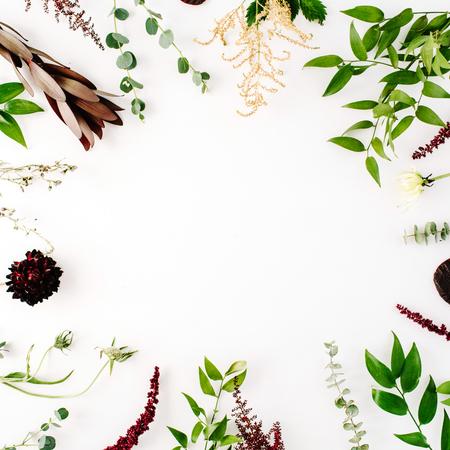 창조적 인 장식과 흰색 배경에 녹색과 보라색 가지로 평면 평신도 프레임 개념을 배열. 평면도 스톡 콘텐츠