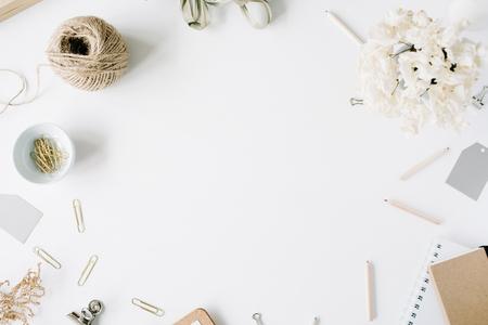 평면 누워, 상위 뷰 사무실 책상 책상. 여성 책상 작업 공간 프레임 감기, 연필, 꽃 꽃다발, 공예 일기 및 흰색 배경에 클립.