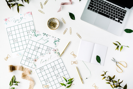 Hochzeitsplaner Zeitplan-Kalender mit Aquarell, Laptop, Notebook und Zubehör gemalt. flach liegt Arbeitsplatz, Ansicht von oben Standard-Bild - 67093343