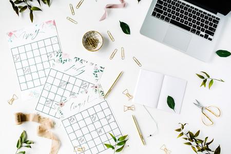 zeitplan: Hochzeitsplaner Zeitplan-Kalender mit Aquarell, Laptop, Notebook und Zubehör gemalt. flach liegt Arbeitsplatz, Ansicht von oben Lizenzfreie Bilder