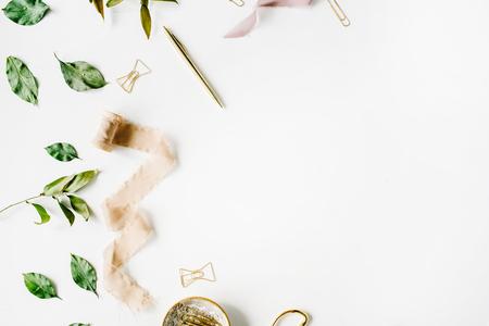 분기, 황금 펜, 클립 및 베이지 색 리본이 여성가내 office 작업 영역 mockup. 평면형, 평면도