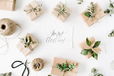 서 예 단어 메리 크리스마스 및 아름다움 정렬 공예 상자 및 흰색 배경에 녹색 지점 프레임. 평면형, 평면도 스톡 콘텐츠 - 67721272