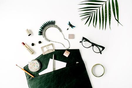 美容女性アクセサリー配置パーム枝、財布、眼鏡、口紅、ネックレス。フラット横たわっていた、トップ ビュー