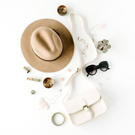 Plat trendy creatieve vrouwelijke accessoires arrangement. Portemonnee, hoed, zonnebril, vrouwelijke accessoires. bovenaanzicht