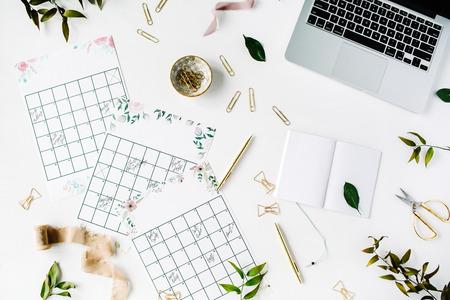 Trouwschema kalender met aquarel, laptop, notitieboekje en accessoires. Vlakke lay-werkruimte, bovenaanzicht Stockfoto