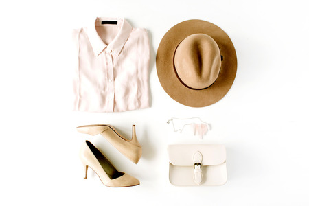 vrouw trendy mode kleren collage op wit, vlakke lay, bovenaanzicht Stockfoto