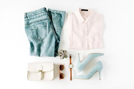 白、フラット横たわっていた、トップ ビューで女性ファッション服コラージュ