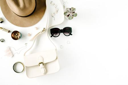 Modische kreative weibliche Zubehöranordnung der flachen Lage. Geldbörse, Hut, Sonnenbrille, weibliche Accessoires. Draufsicht Standard-Bild - 67688042