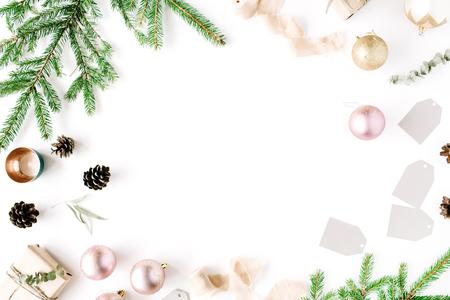 크리스마스 조성입니다. 전나무 분기, 소나무 콘, 크리스마스 공, 리본 및 반짝이 프레임. 평평한 평면, 평면도