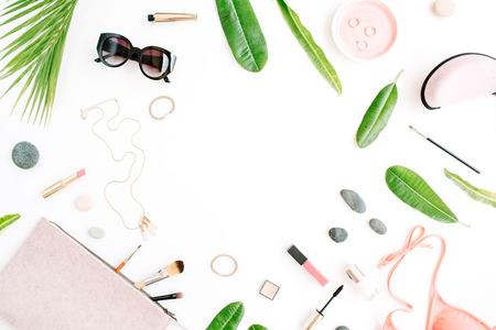 女性夏ビキニ水着とアクセサリーは、ヤシの枝、ネックレスとサングラスと白でコラージュします。フラット横たわっていた、トップ ビュー