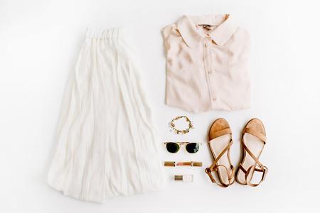Elegante, moda ropa femenina y accesorios. Vista plana