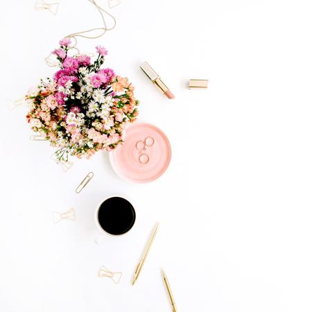 Wildflowers boeket, koffiekopje, gouden pen, clips en accessoires. Gestileerde flat lay mockup