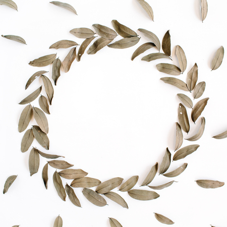 Floral pattern and round frame wreath dried leaves isolated on white background. Flat lay, top view Foto de archivo - 115064939