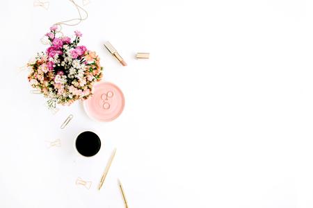 야생화 꽃다발, 커피 컵, 황금 펜, 클립 및 액세서리. 스타일 된 평평한 모형