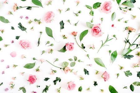 Bloemendiepatroon van roze en beige rozen, groene bladeren, takken op witte achtergrond wordt gemaakt. Plat leggen, bovenaanzicht. Valentijns achtergrond