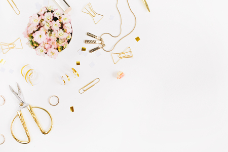 Beauty blog background. Gold style feminine accessories. Golden tinsel, scissors, pen, rings, necklace, bracelet on white background. Flat lay, top view. 免版税图像