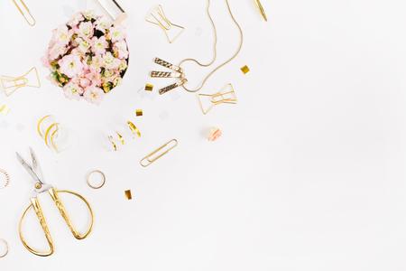 L'arrière-plan du blog de beauté. Accessoires féminins en or. Ornement en or, ciseaux, stylo, anneaux, collier, bracelet sur fond blanc. Flat lay, top view. Banque d'images - 73150247