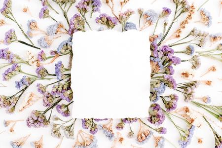 Leeres Weißbuchfreier raum auf blauem und purpurrotem getrocknetem Blumenrahmen auf weißem Hintergrund. Flachlegen, Draufsicht Standard-Bild - 78202185