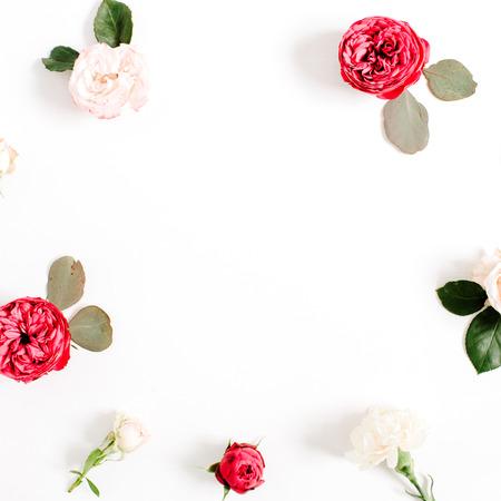 빨간색과 베이지 색 프레임 라운드 화 환 패턴 꽃 봉 오리, 분기 및 흰색 배경에 고립 된 나뭇잎을 상승했다. 평면 누워, 상위 뷰입니다. 꽃 배경