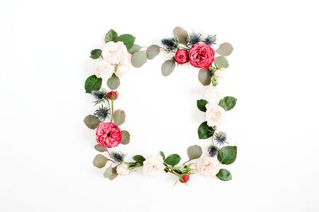Grinalda redonda do quadro feita das flores em botão da rosa do vermelho e do bege, ramos do eucalipto e folhas isolados no fundo branco. Flat leigo, vista de cima. Fundo floral Foto de archivo - 81894765