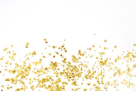Goldene Konfetti Lametta auf weißem Hintergrund. Flach legen, Draufsicht. Minimaler Hintergrund. Standard-Bild - 83922040