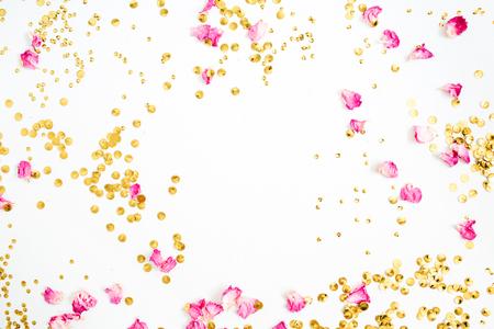 Simulacros de marco hecho de pétalos de rosa de color rosa y confeti dorado sobre fondo blanco. Vista plana y superior. Foto de archivo - 84939426