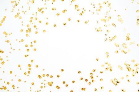 텍스트위한 공간 프레임 모의 흰색 배경에 황금 색종이 틴 셀했다. 평면 누워, 상위 뷰입니다. 최소한의 배경. 스톡 콘텐츠 - 85200025